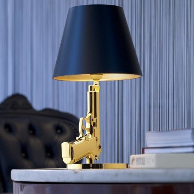 flos-lampara-sobremesa-gun-bedside-gold-second-amedment-arma-oro-philippe-starck-1
