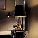 flos-lampara-sobremesa-gun-bedside-gold-second-amedment-arma-oro-philippe-starck-3