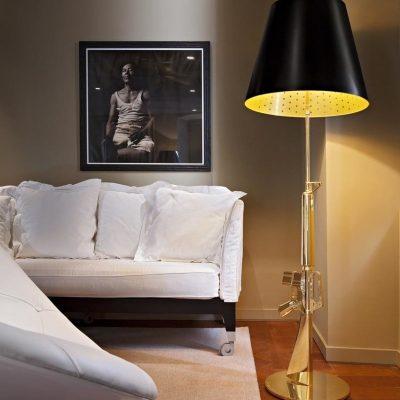 flos-lampara-sobremesa-gun-lounge-gold-second-amedment-arma-oro-philippe-starck-1