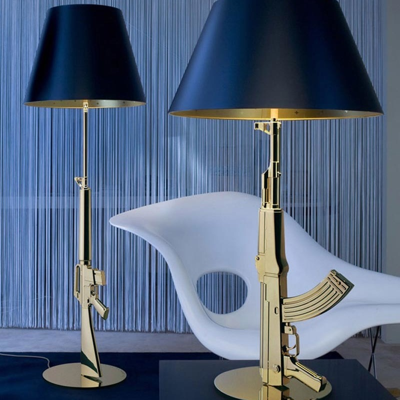 flos-lampara-sobremesa-gun-table-gold-second-amedment-arma-oro-philippe-starck-2