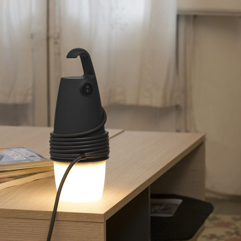 lampara-portatil-hook-negro-faro-barcelona-oiko-solidaria-ecologica-ecodesign-ecodiseno-plastico-reciclado-made-spain
