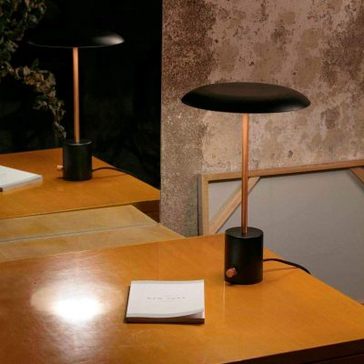 lampara-sobremesa-hoshi-led-faro-negro-cobre-cepillado-regulable-dimmable