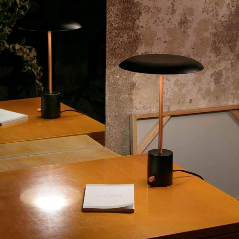 lampara-sobremesa-hoshi-led-faro-negro-cobre-cepillado-regulable-dimmable