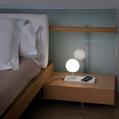 lampara-sobremesa-niko-led-faro-cargador-inalambrico-puerto-usb-wireless-charger-ayora-iluminacion-0